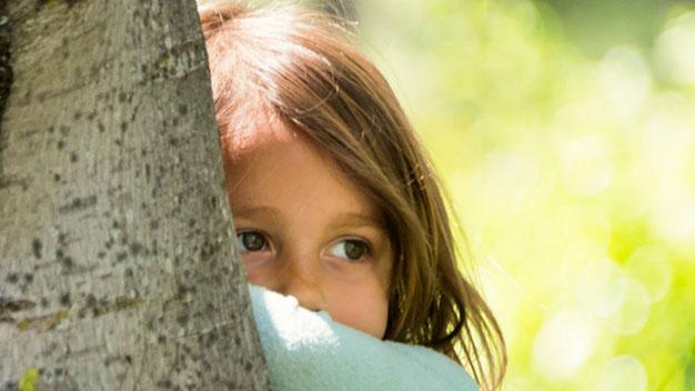 درمان خجالت در کودکان ، ویژگی کودکان کمرو و راه حل های سریع معالجه