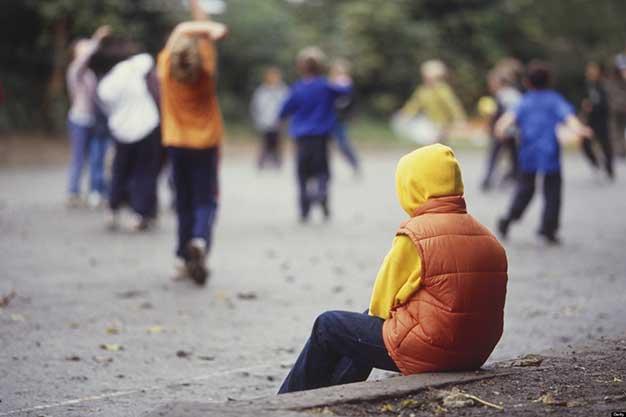 کودکان گوشه گیر ، علتها و عوامل ، ویژگیها و علایم ، درمان و معالجه